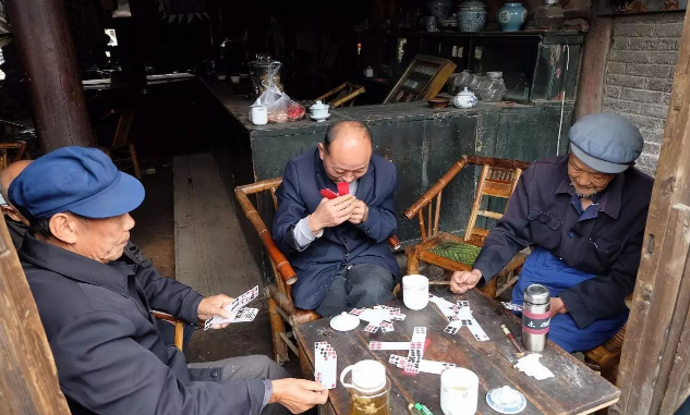钱柜娱乐官网_回忆杀!还记得过去是怎样打牌的吗?