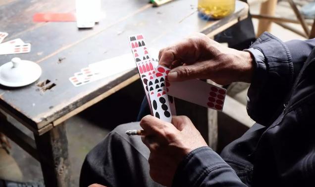 钱柜娱乐_回忆杀!还记得过去是怎样打牌的吗?